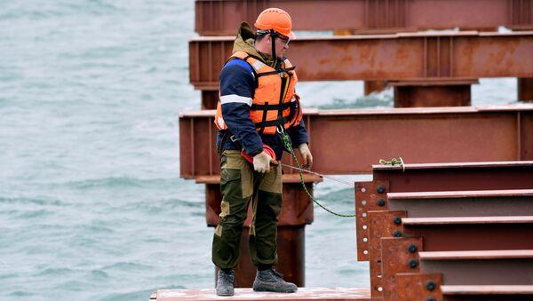 Robotnik przy budowie mostu przez Cieśninę Kerczeńską na Krym - Sputnik Polska