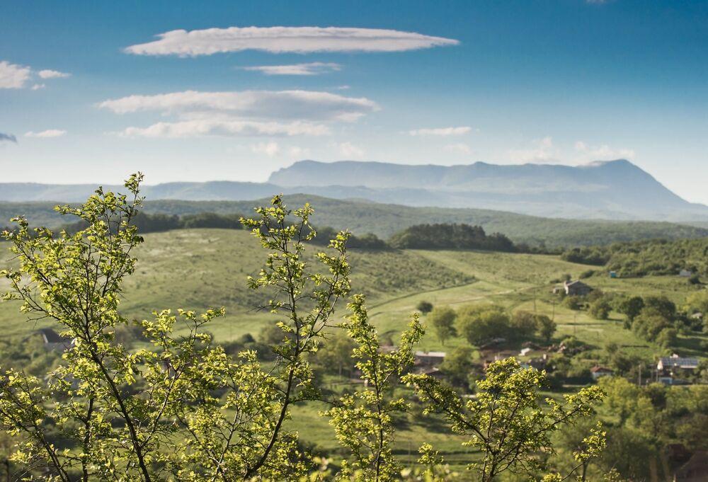 Widok na górę Czatyr-Dag i miejscowość Klinovka od strony miasteczka Kurcy (symferopolski rejon).