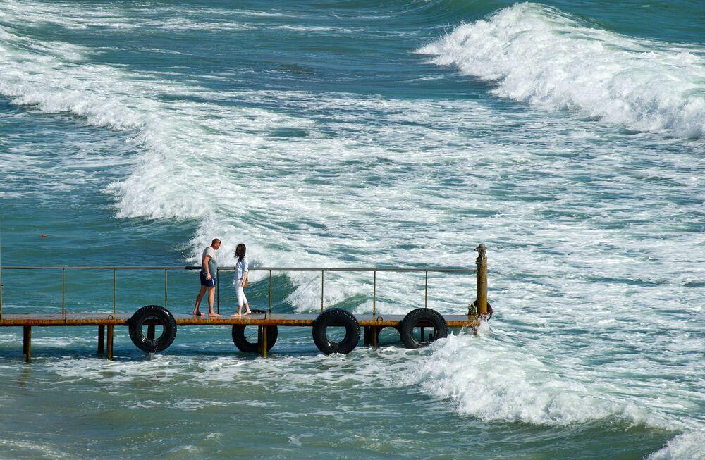 Odpoczywający na brzegu Morza Czarnego w miejscowości Ordżonikidze (Krym).