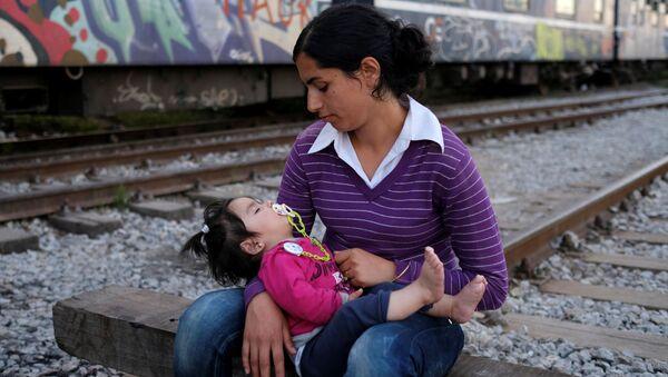 Kobieta z dzieckiem na granicy grecko-macedońskiej - Sputnik Polska