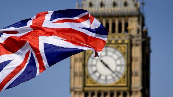 Brytyjska flaga na tle Big Bena w Londynie - Sputnik Polska