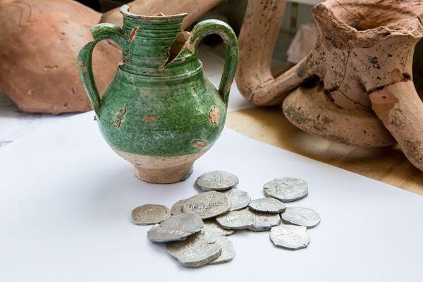 Monety były ukryte w ceramicznym naczyniu. Można mniemać, że monety zostały odlane w mennicach Hiszpanii w połowie XVII wieku. - Sputnik Polska
