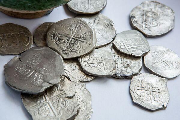 Na obrzeżach osady znaleziono skarbnicę z 15 srebrnymi monetami o łącznej wadze ponad 300 gramów. - Sputnik Polska