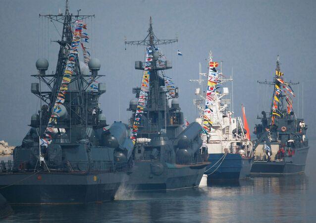 Okręty Floty Bałtyckiej przed Swiętem  Maryanarki Wojennej w Bałtijsku