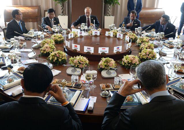 Śniadanie przedstawicieli delegacji-uczestników szczytu Rosja-ASEAN