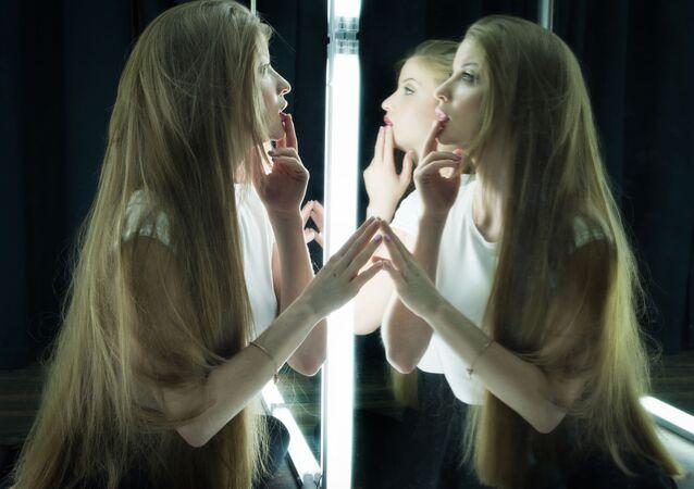 Dziewczyna przed lustrem