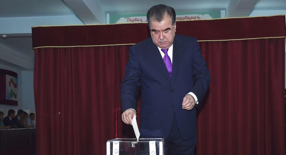 Prezydent Tadżykistanu Emomali Rahmon głosuje w referendum