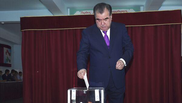 Prezydent Tadżykistanu Emomali Rahmon głosuje w referendum - Sputnik Polska
