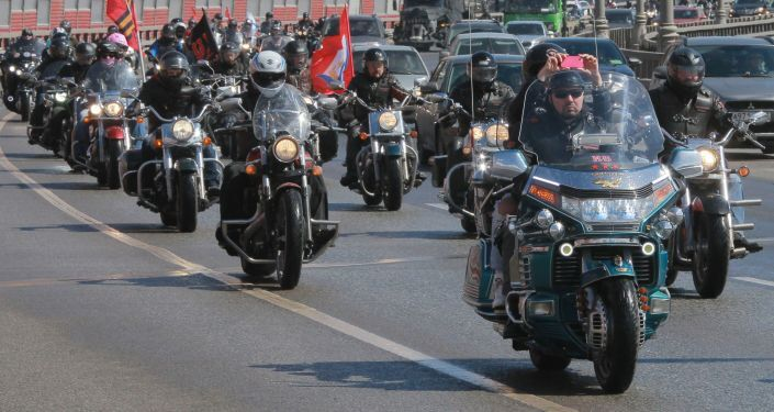 """Motocykliści uczestniczący w rajdzie Moskwa-Berlin zorganizowanym przez klub motocyklowy """"Nocne Wilki"""" z okazji 70. rocznicy zwycięstwa w Wielkiej Wojnie Ojczyźnianej"""