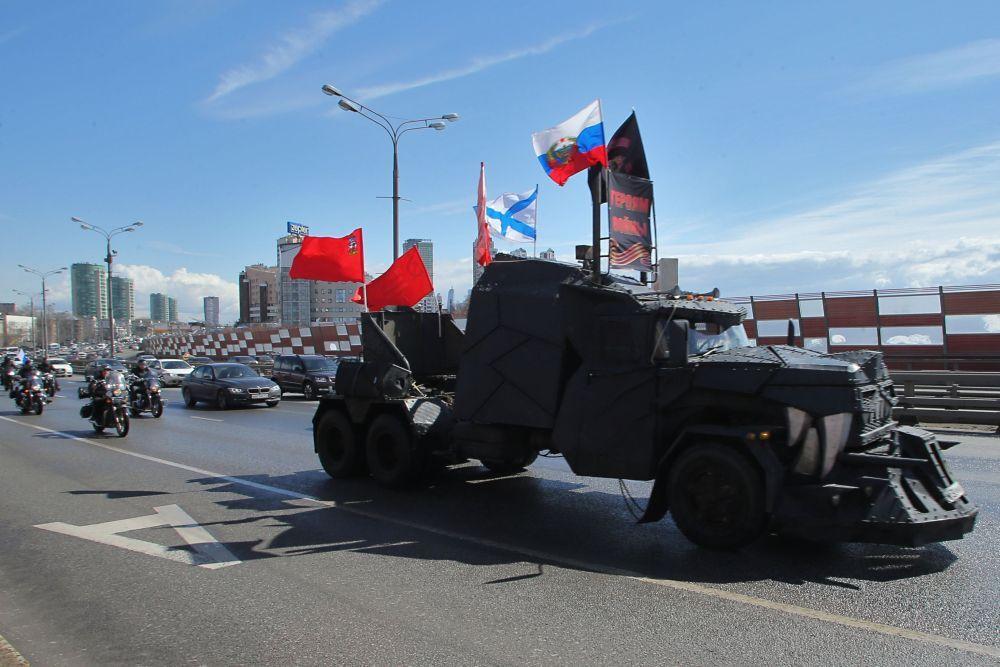 """Uczestnicy rajdu wystartowali sprzed siedziby """"Nocnych Wilków w Niżnich Mniownikach w zachodniej części stolicy Rosji."""