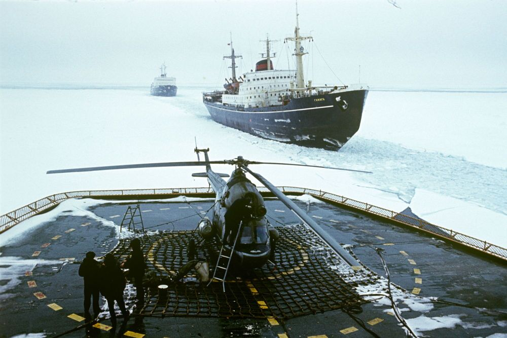 """Lądowisko dla śmigłowców na lodołamaczu """"Arktyka""""."""