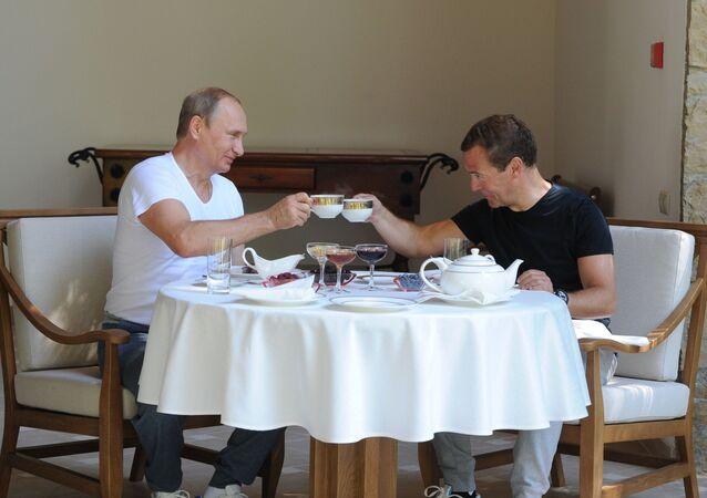 Президент России Владимир Путин и председатель правительства России Дмитрий Медведев в резиденции Бочаров ручей