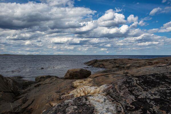 Skaliste brzegi wysp Morza Białego w białomorskim rejonie Republiki Karelii. - Sputnik Polska