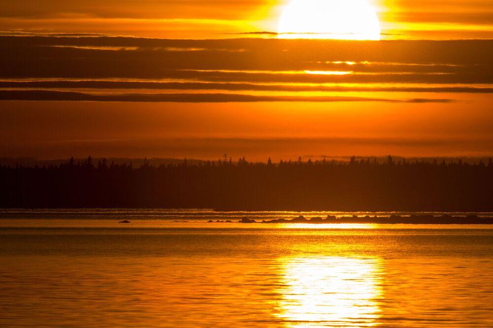 Zachód słońca nad Morzem Białym w białomorskim rejonie Republiki Karelii.