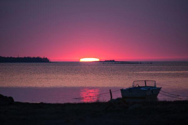 Wschód słońca nad Morzem Białym w białomorskim rejonie Republiki Karelii. - Sputnik Polska