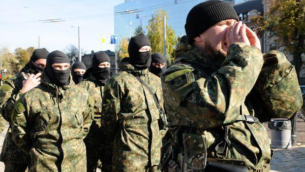 Wysłanie elewów pułku Azow do strefy konfliktu na południowym wschodzie Ukrainy - Sputnik Polska