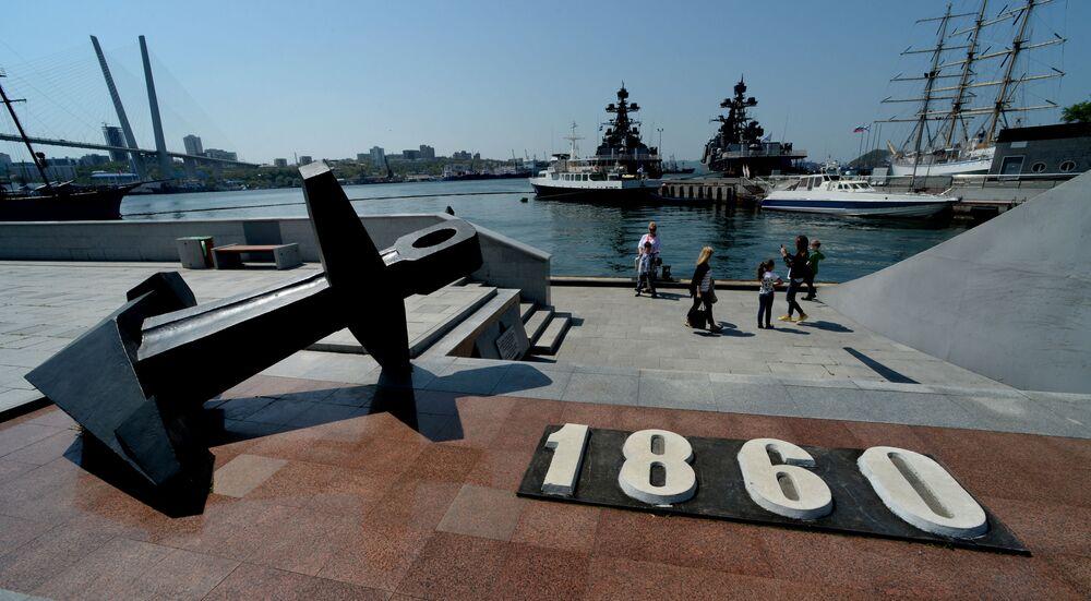 """Pamiątkowy znak na miejscu wysiadki ze statku """"Mandżur"""" założycieli punktu Władywostok w 1860 roku przy promenadzie """"Korabielnaja""""."""