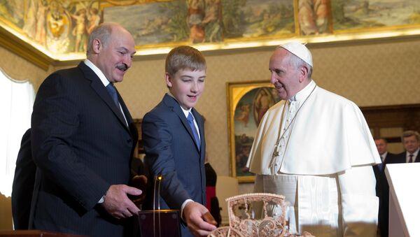Prezydent Białorusi Aleksander Łukaszenko ze swoim synem na spotkaniu z Papieżem - Sputnik Polska