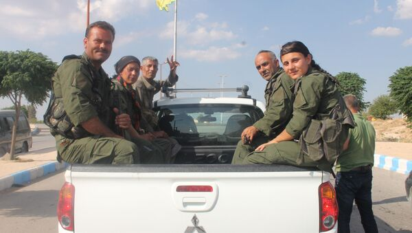 Członkowie Demokratycznych Sił Syrii niedaleko ar-Rakki - Sputnik Polska