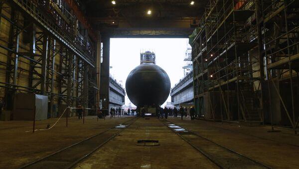 Дизель-электрическая подводная лодка Новороссийск во время церемонии спуска на воду на Адмиралтейских верфях в Санкт-Петербурге - Sputnik Polska