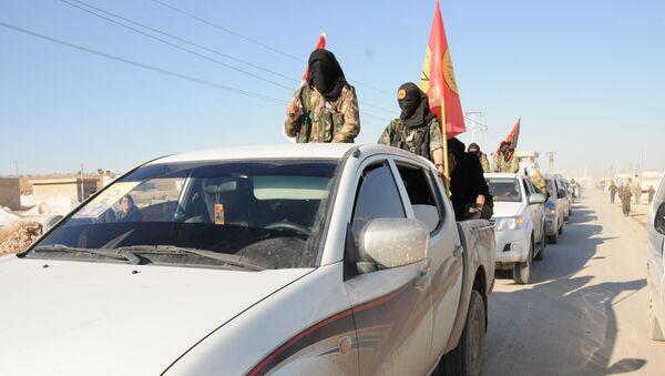 Członkowie Demokratycznych Sił Syrii niedaleko miasta ar-Rakka - Sputnik Polska