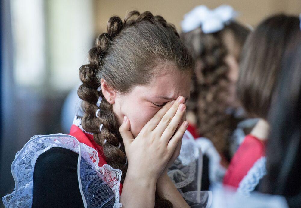 Absolwentka podczas świętowania ostatniego dzwonka w szkole nr 1 im. A. Lupowa w mieście Tara (obwód omski).