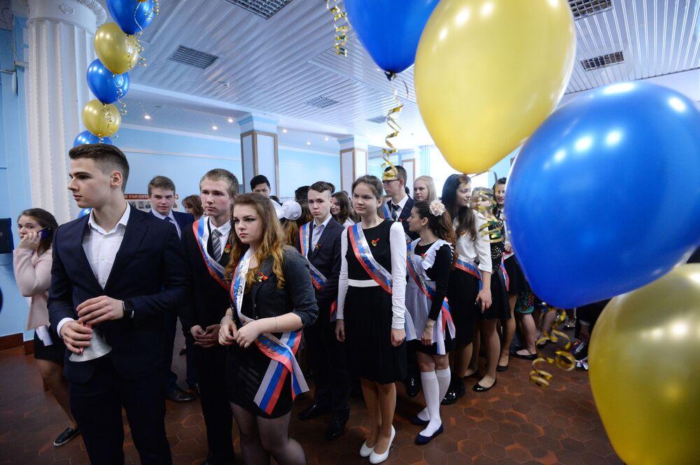 Uczniowie podczas zakończenia nauki w szkole nr 2095 w Moskwie.