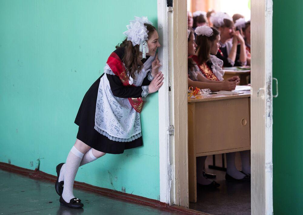 Absolwenci przed uroczystym apelem z okazji zakończenia nauki w szkole nr 1 im. A. Lupowa w mieście Tara (obwód omski).