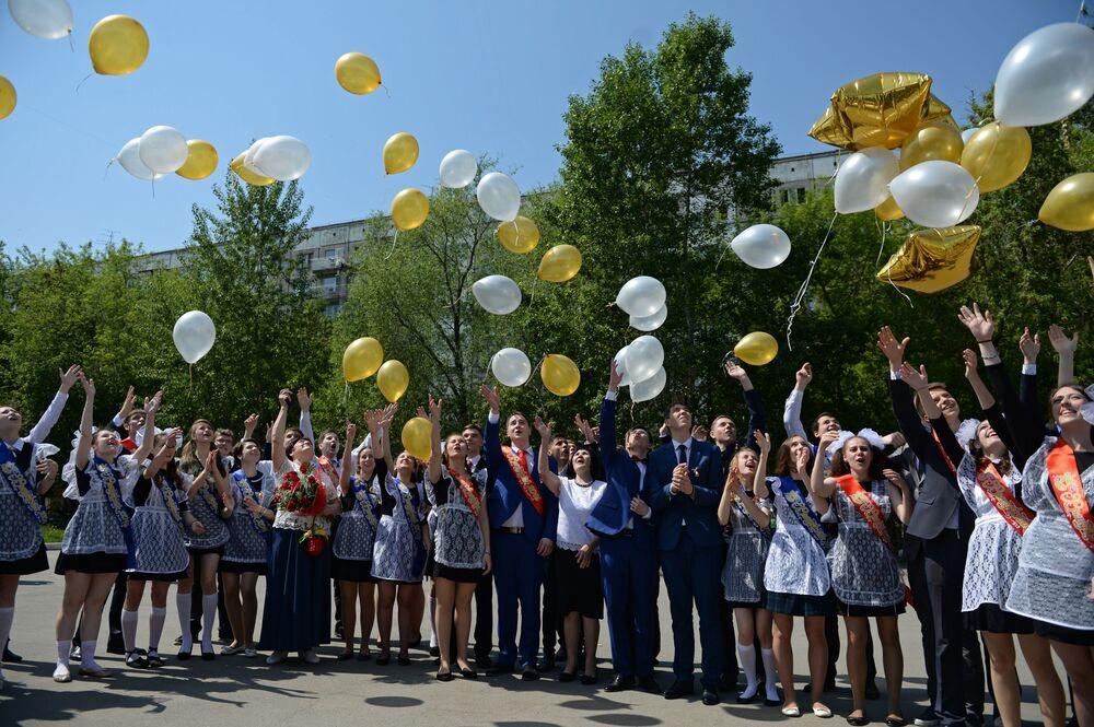 Uczniowie celebrujący ostatni dzwonek w szkole nr 17 w Nowosybirsku.