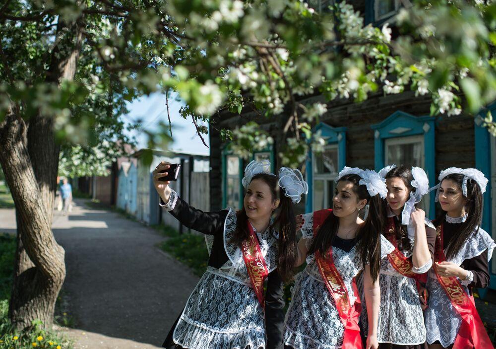 Absolwentki robią sobie zdjęcia w dniu zakończenia nauki w szkole nr 1 im A. Lupowa w mieście Tara (obwód omski).
