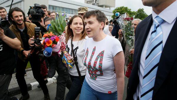 Ukraińska lotniczka Nadieżda Sawczenko i jej siostra Wiera Sawczenko na lotnisku Borispol - Sputnik Polska