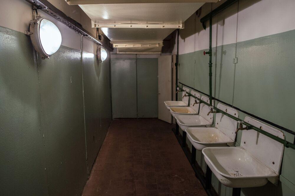Pomieszczenie sanitarne w bunkrze na Altufijewskiej Szosie w Moskwie.