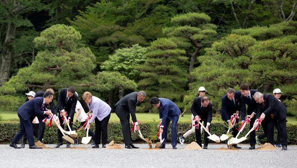 Liderzy krajów G7 podczas sadzenia drzew przy świątyni Ise Jingū w Japonii. - Sputnik Polska