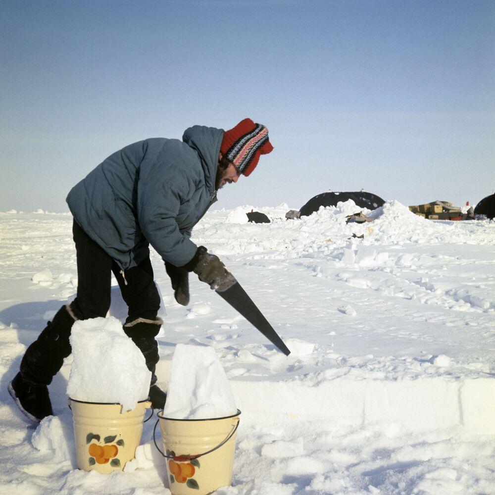 Przygotowanie wody podczas ekspedycji agencji informacyjnej Komsomolskaja prawda