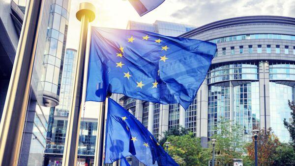 Flagi UE przed siedzibą Komisji Europejskiej w Brukseli - Sputnik Polska