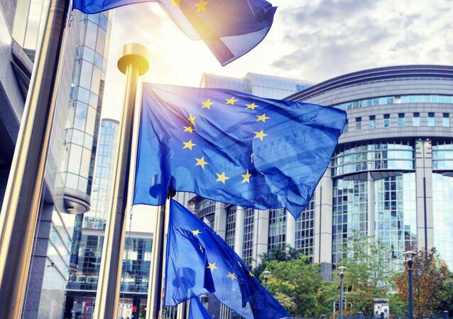 Flagi UE przed siedzibą Komisji Europejskiej w Brukseli