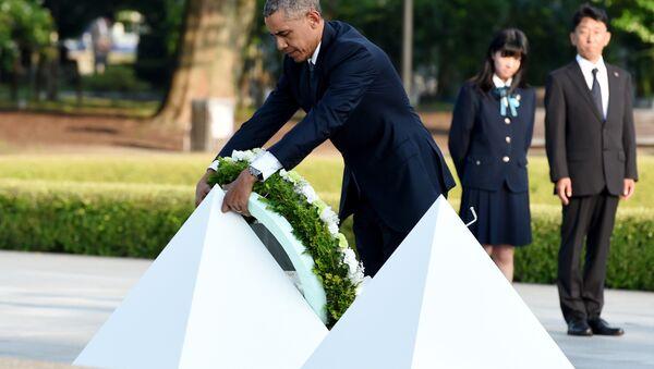 Prezydent USA Barack Obama składa wieniec pod pomnikiem upamiętniającym ofiary amerykańskiego ataku nuklearnego w Hiroszimie - Sputnik Polska