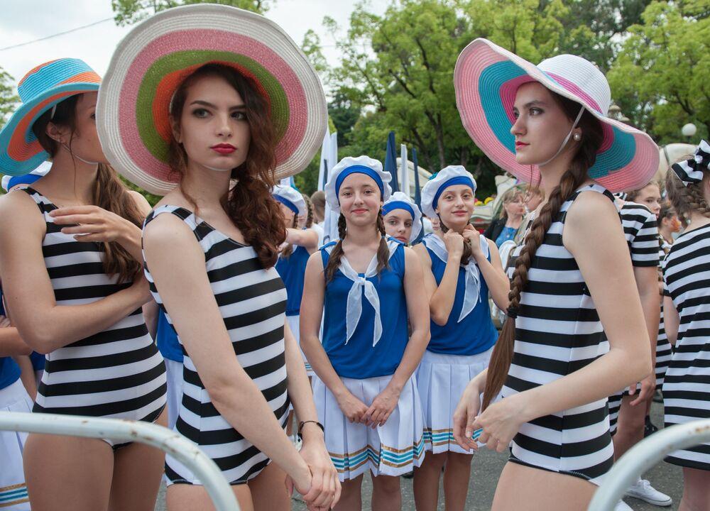 Uczestnicy karnawału w Soczi na cześć oficjalnego otwarcia sezonu.
