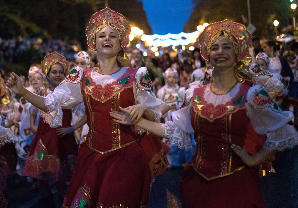 Uczestnicy i goście karnawału w Soczi na cześć oficjalnego otwarcia sezonu.