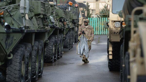 Amerykański żołnierz przy samochodach opancerzonych Stryker w Pradze, Czechy. - Sputnik Polska