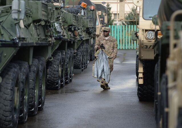 Amerykański żołnierz przy samochodach opancerzonych Stryker w Pradze, Czechy.