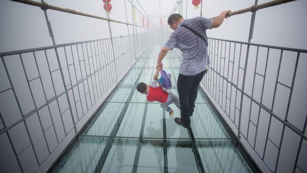 Szklany most w Narodowym Parku Zhangjiajie (prowincja Hunan), Chiny. - Sputnik Polska