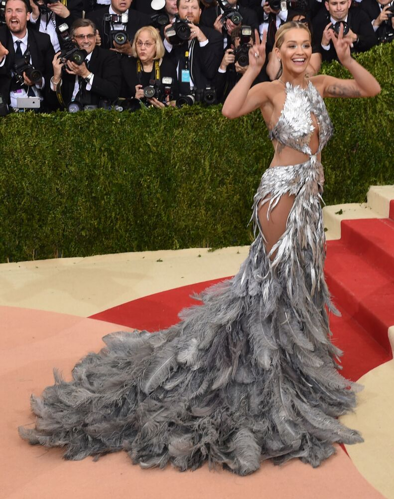 Egzotyczną blondynką nazywana jest brytyjska piosenkarka i aktorka albańskiego pochodzenia Rita Ora. Na scenie często pojawia się w ekstrawaganckich strojach.