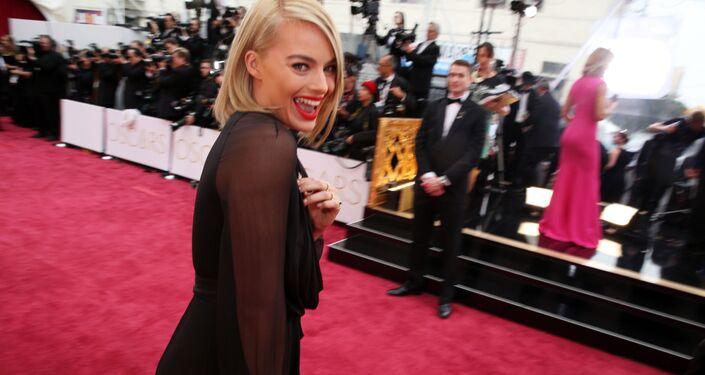 """Młoda australijska aktorka Margot Robbie jest często nazywana żywym ucieleśnieniem lalki Barbie. Popularność zdobyła po znakomicie zagranej przez nią roli w filmie Martina Scorsese """"Wilk z Wall Street"""" (2013)."""