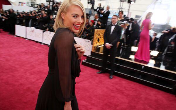 """Młoda australijska aktorka Margot Robbie jest często nazywana żywym ucieleśnieniem lalki Barbie. Popularność zdobyła po znakomicie zagranej przez nią roli w filmie Martina Scorsese """"Wilk z Wall Street"""" (2013). - Sputnik Polska"""