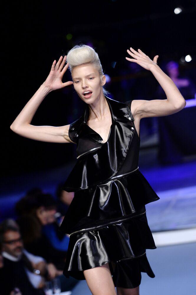 Platynowa blondynka, rosyjska modelka Sasza Luss. Tajemnica jej sukcesu tkwi w naturalnym pięknie i enigmatycznym uśmiechu.