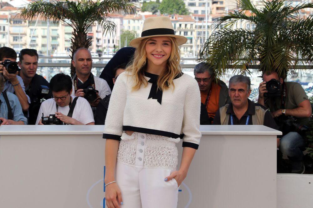 Jasnowłosa amerykańska aktorka i modelka Chloe Moretz mimo młodego wieku już osiągnęła wielki sukces w kinematografii. Dziewczyna nie ma jeszcze dwudziestu lat, a już współpracowała z najlepszymi reżyserami świata i otrzymała wiele prestiżowych nagród.