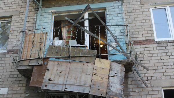Skutki ostrzału domu mieszkalnego w Doniecku - Sputnik Polska