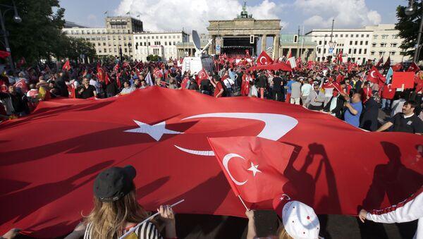 Gigantyczna flaga Turcji przed Bramą Brandenburską w Berlinie - Sputnik Polska