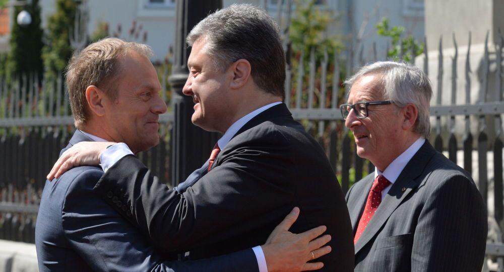 Donald Tusk i Petro Poroszenko przed rozpoczęciem szczytu w Kijowie